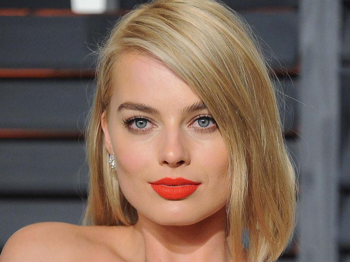 Margot Robbie just rocked a naked dress on the red carpet and DAYUM!